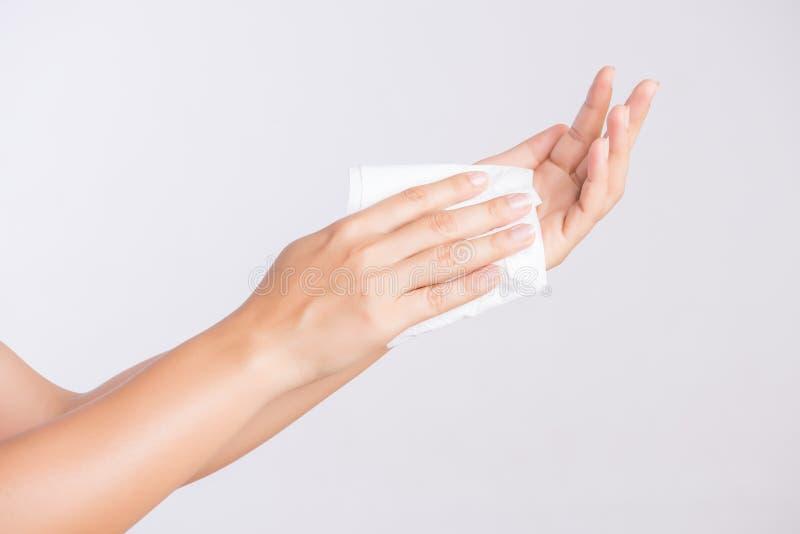Kvinna som gör ren hennes händer med ett silkespapper Sjukvård- och läkarundersökningbegrepp royaltyfri foto