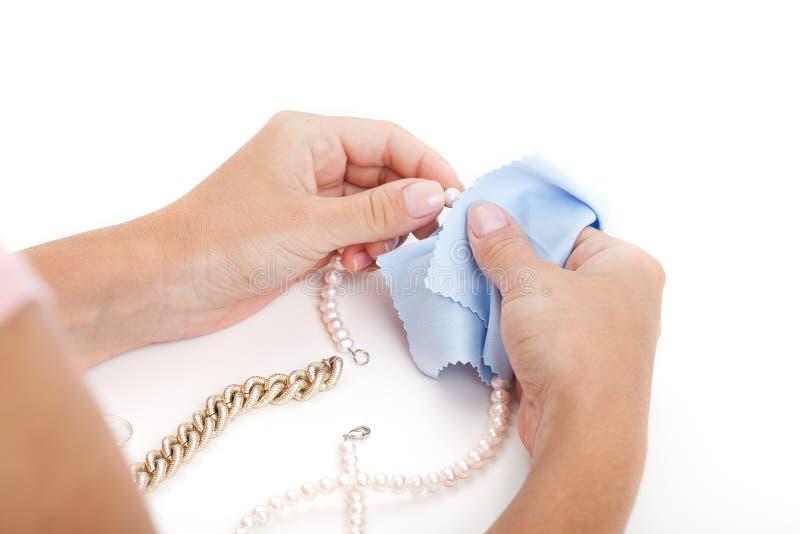 Kvinna som gör ren smycken royaltyfri bild