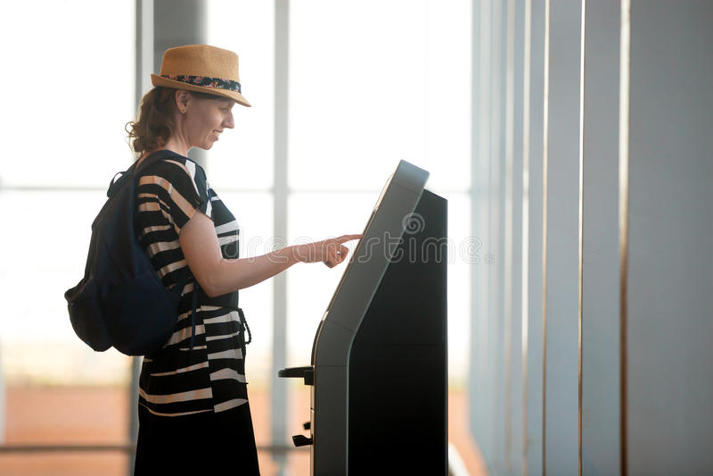 Kvinna som gör själv-kontroll-i i flygplats royaltyfri foto