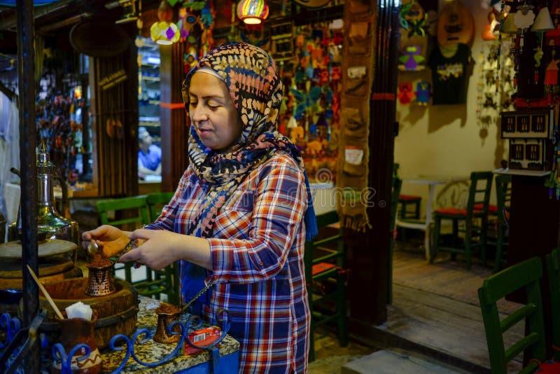 Kvinna som gör turkiskt kaffe arkivfoto