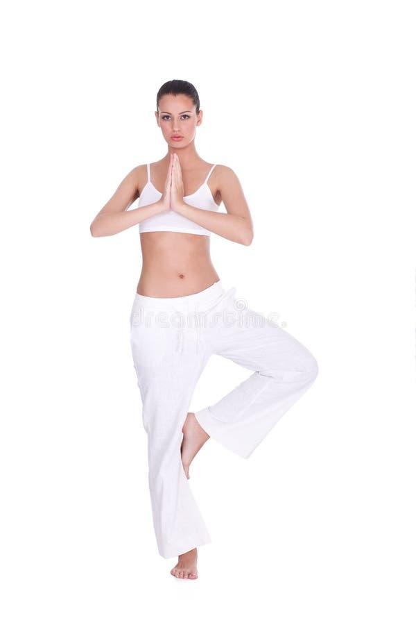 Kvinna som gör yogaövning arkivbilder