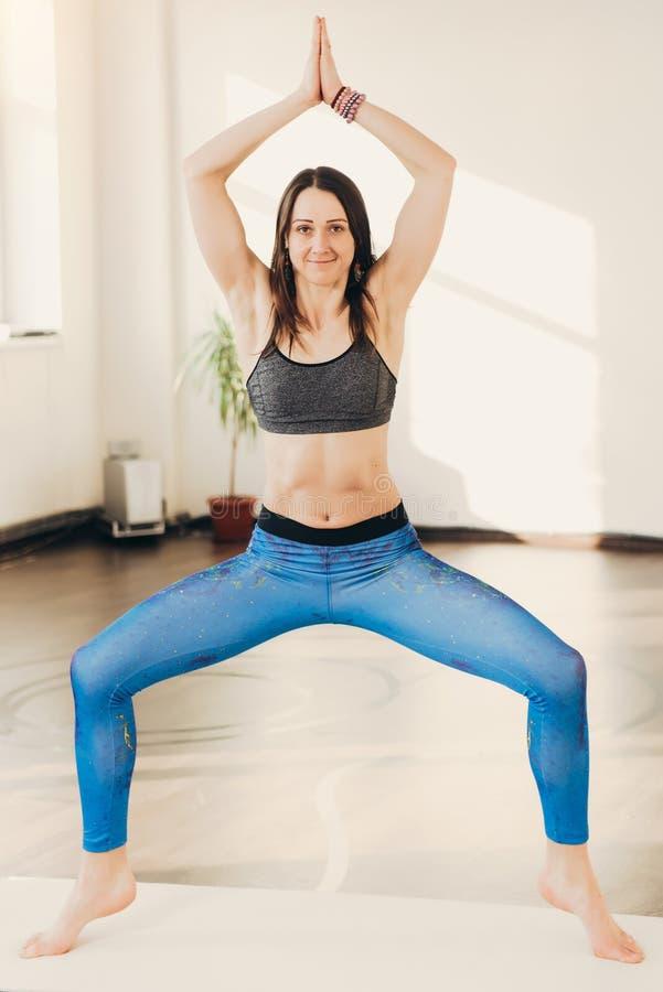 Kvinna som gör yogaövning och kondition på studiogrupp arkivfoton
