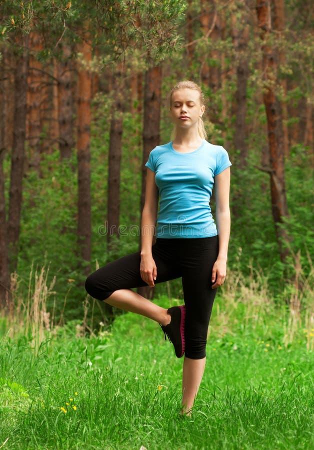 Kvinna som gör yogameditation royaltyfri bild