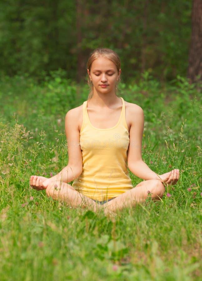 Kvinna som gör yogameditation royaltyfri foto