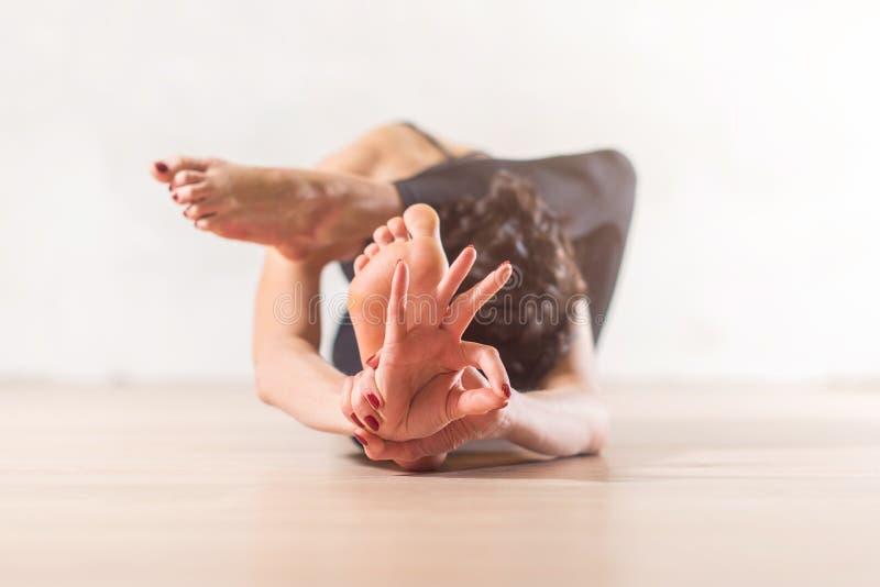Kvinna som gör yogameditation och sträcker övning arkivfoto