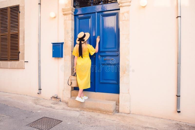 Kvinna som g?r i gul kl?nning p? Paphos den gamla staden arkivfoton