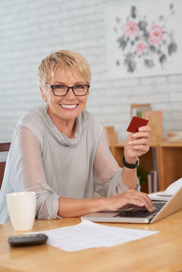Kvinna som g?r online-shopping arkivfoton