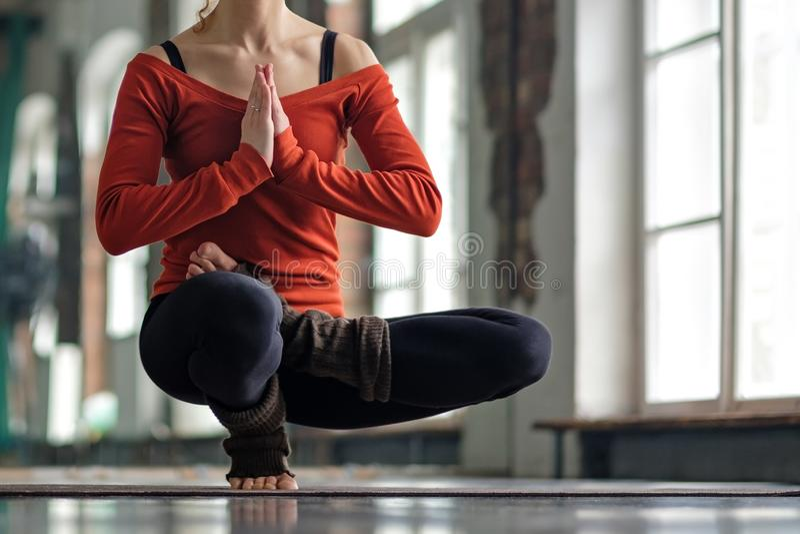 Kvinna som g?r yogaj?mvikts?vning p? mattt st? p? en fot royaltyfri bild