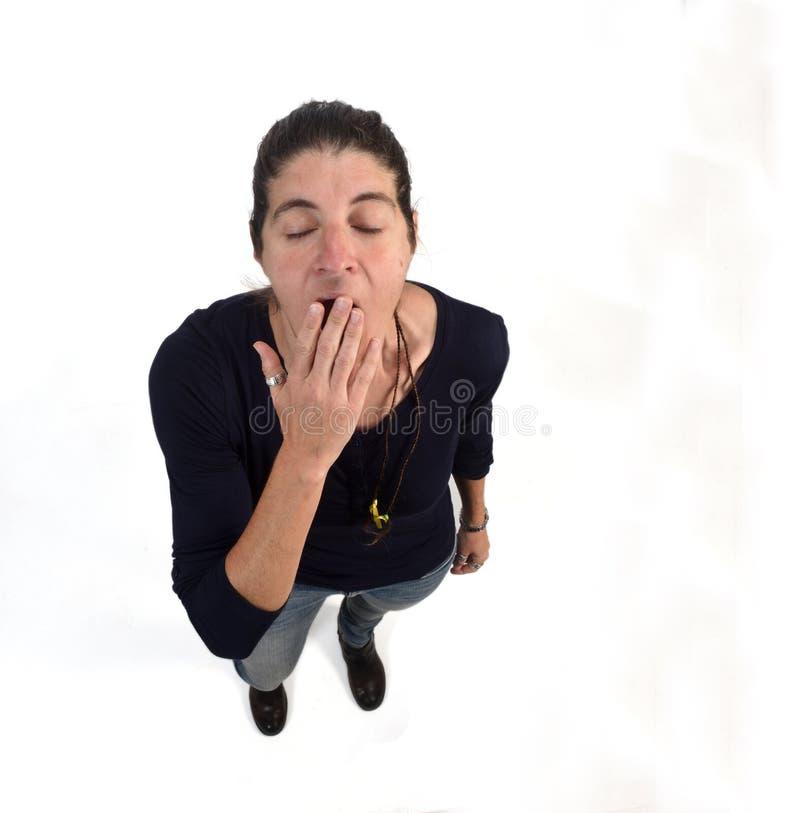 Kvinna som g?spar p? vit bakgrund fotografering för bildbyråer