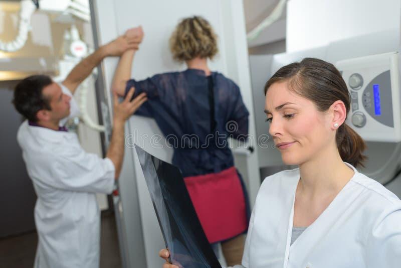 Kvinna som genomgår mammographyprovet i sjukhus royaltyfria bilder