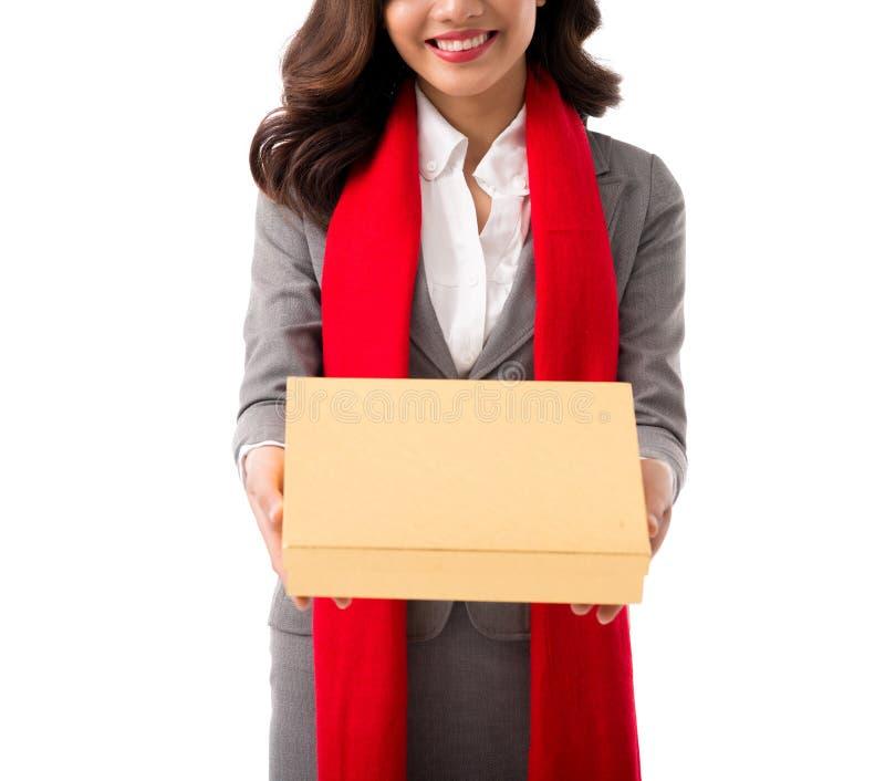 Kvinna som ger gåva för Tet royaltyfri foto