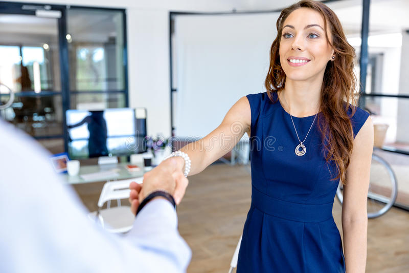 Download Kvinna Som Ger Handskakningen Efter överenskommelse Fotografering för Bildbyråer - Bild av vänskapsmatch, deltagare: 78731729
