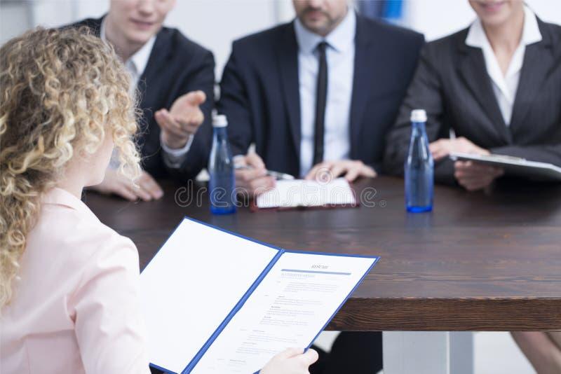 Kvinna som ger referenser till rekryterare arkivbild