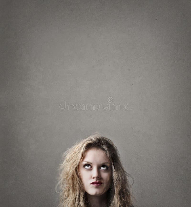 Kvinna som hårt tänker fotografering för bildbyråer