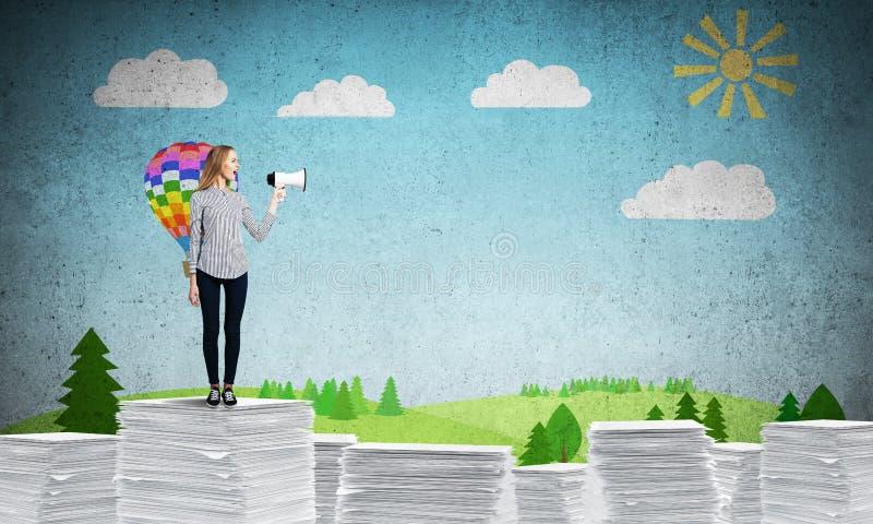 Kvinna som h?ller megafonen i hand stock illustrationer