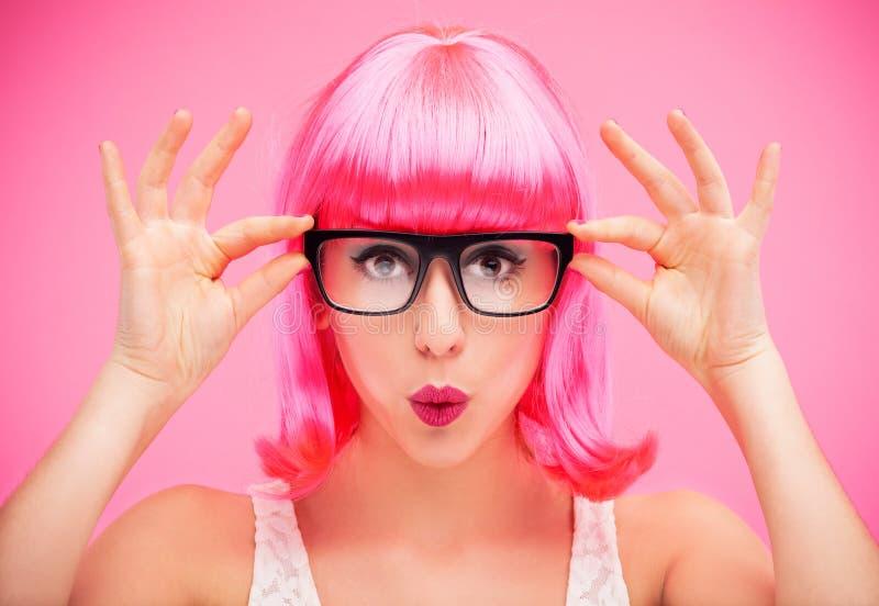 Kvinna som ha på sig exponeringsglas och wigen