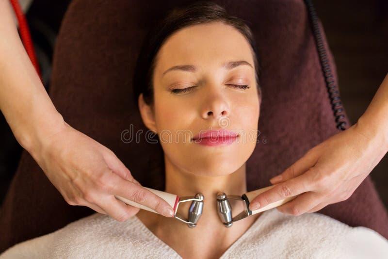 Kvinna som har ansikts- behandling för hydradermie i brunnsort arkivbilder