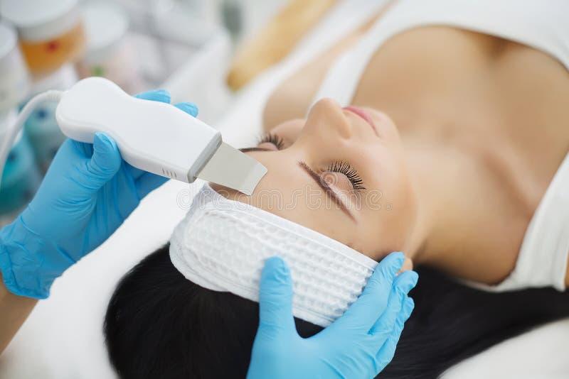 Kvinna som har ansikts- behandling i skönhetsalong arkivfoton