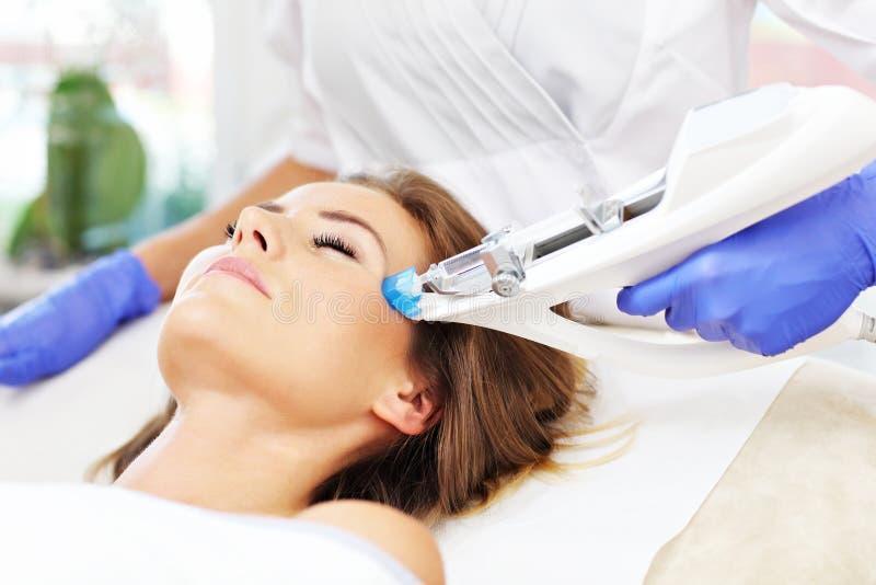 Kvinna som har ansikts- mesotherapy i skönhetsalong royaltyfria foton