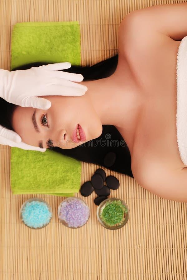 Kvinna som har avslappnande ansikts- massage royaltyfria bilder