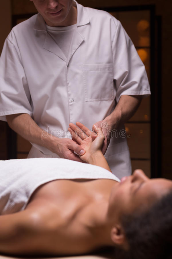 Kvinna som har avslappnande kroppmassage royaltyfria bilder