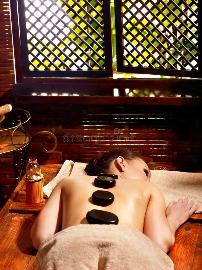 Kvinna som har Ayurvedic stenmassage. arkivfoton