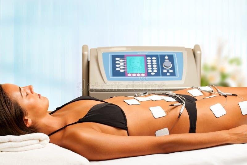 Kvinna som har elektrisk lymfatisk dränering. royaltyfria foton