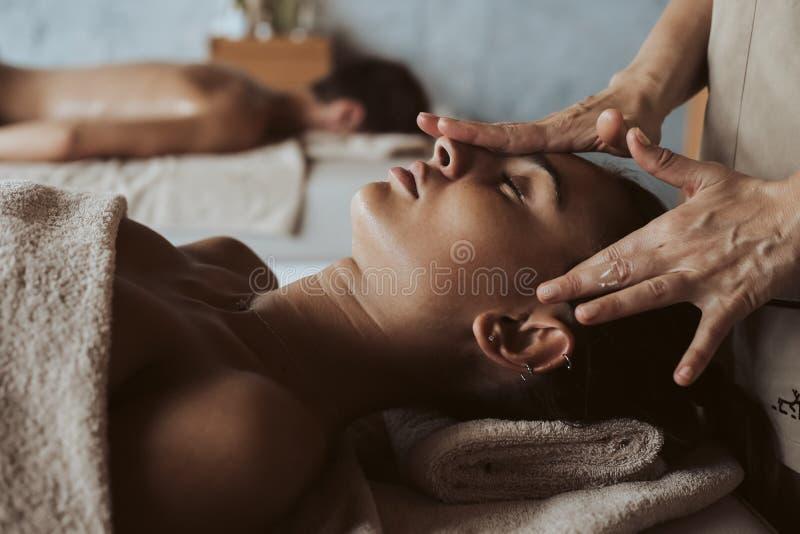 Kvinna som har en ansikts- massage arkivbild