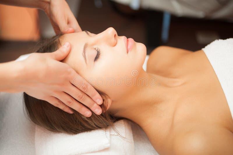 Kvinna som har en ansikts- massage royaltyfri fotografi