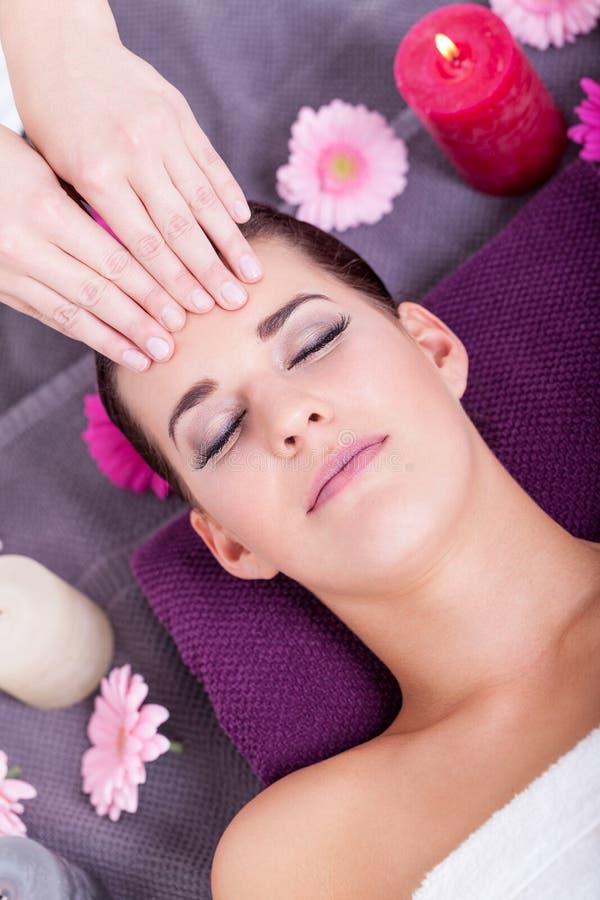 Kvinna som har en avslappnande ansikts- massage royaltyfri foto