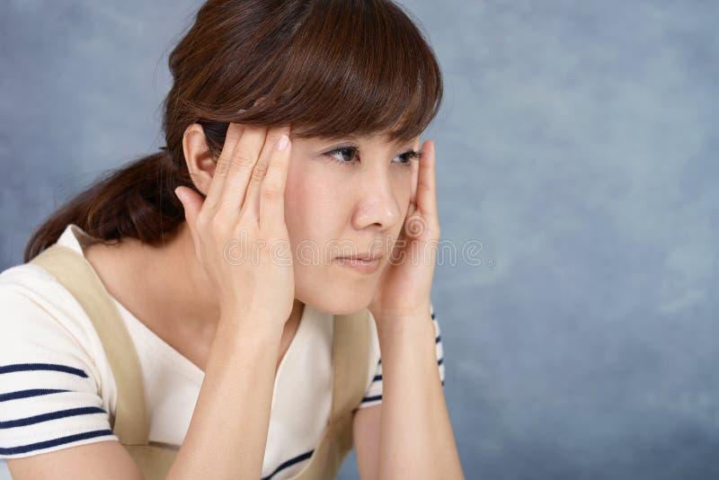 Kvinna som har en huvudv?rk arkivbild