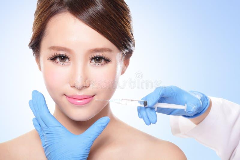 Kvinna som har en injektion ovanför kanterna arkivbild