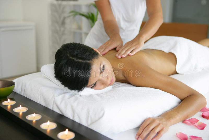 Kvinna som har en massage arkivfoton