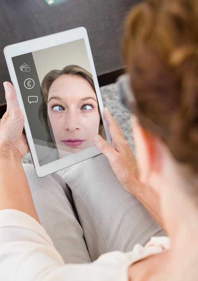 Kvinna som har en video appell hemma vektor illustrationer