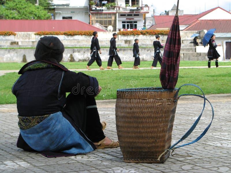 Kvinna som har ett avbrott i lite by i Vietnam royaltyfria bilder