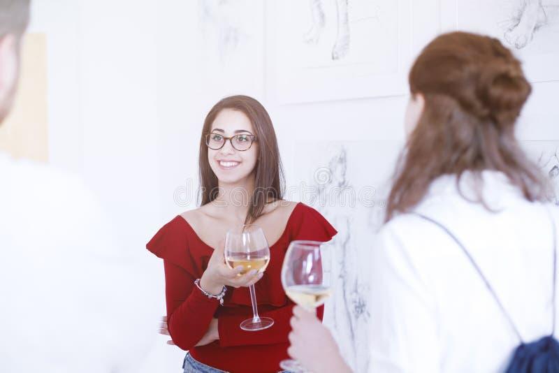 Kvinna som har exponeringsglas av wine royaltyfria bilder