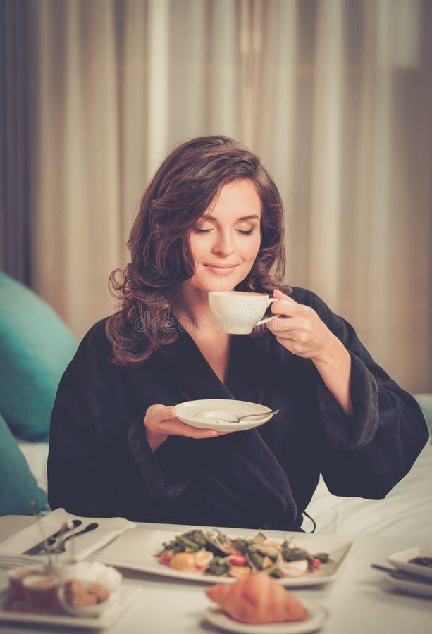 Kvinna som har frukosten i ett hotell royaltyfri fotografi