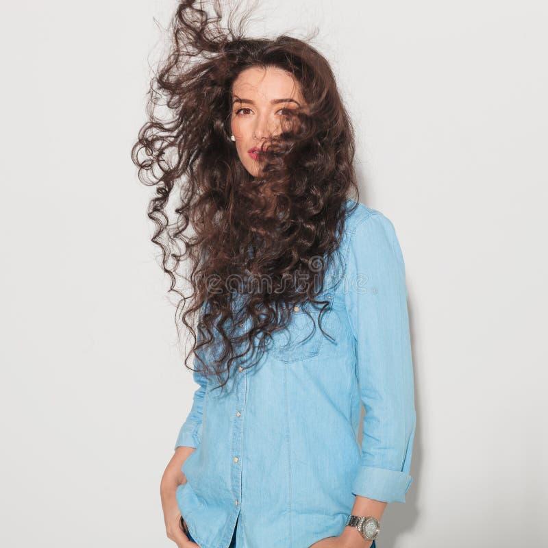 Kvinna som har hennes hår att blåsas av vinden arkivfoton