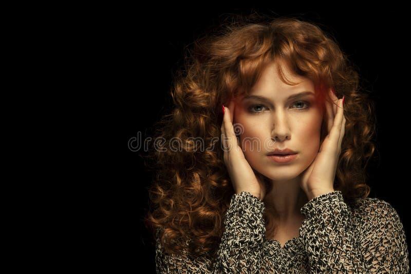 Kvinna som har huvudvärk på svart bakgrund arkivbilder