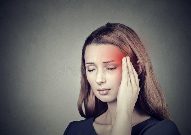 Kvinna som har huvudvärken, migrän royaltyfria foton