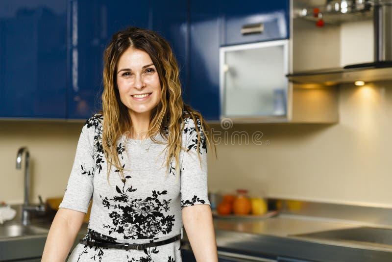 Kvinna som har kaffe hemma fotografering för bildbyråer