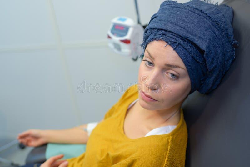 Kvinna som har kemoterapibehandling royaltyfri foto
