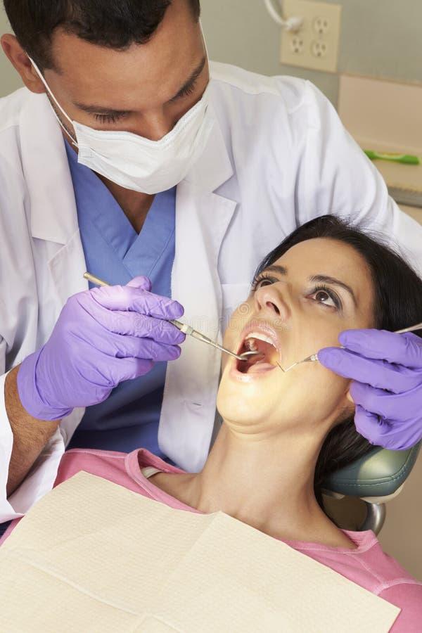 Kvinna som har kontrollen upp på tandläkarekirurgi arkivbilder