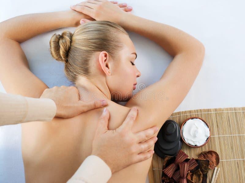 Kvinna som har kroppmassage i brunnsortsalongen royaltyfri foto