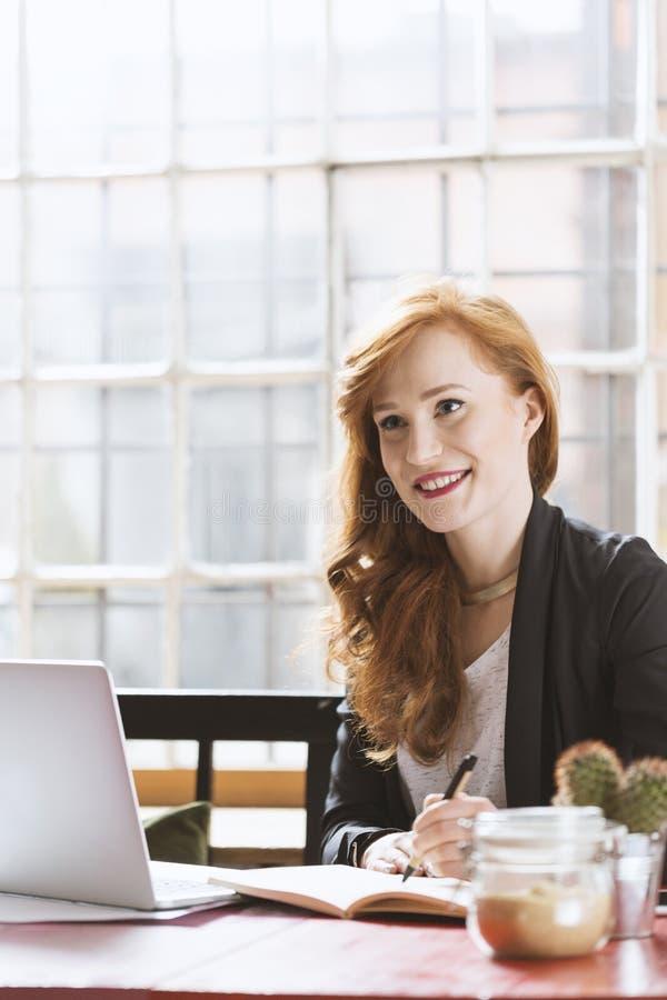Kvinna som har lunch i kafé fotografering för bildbyråer
