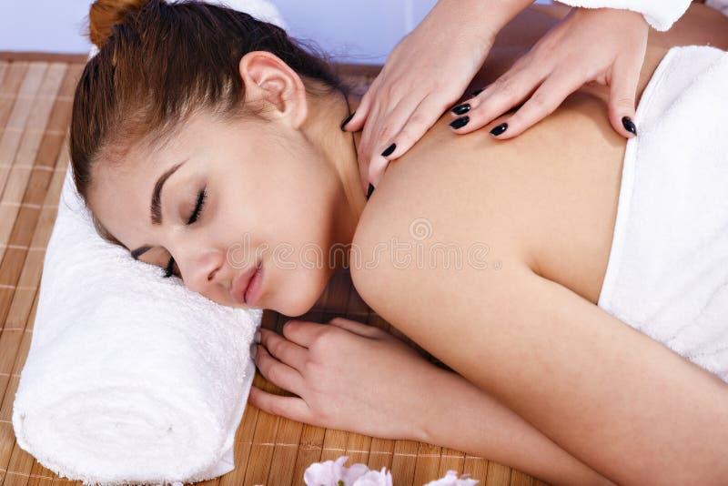 Kvinna som har massage av huvuddelen i brunnsortsalongen olja för badskönhetsammansättning soaps behandling fotografering för bildbyråer