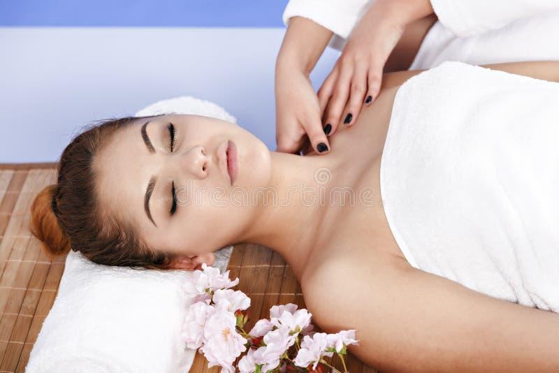 Kvinna som har massage av huvuddelen i brunnsortsalongen olja för badskönhetsammansättning soaps behandling royaltyfri fotografi