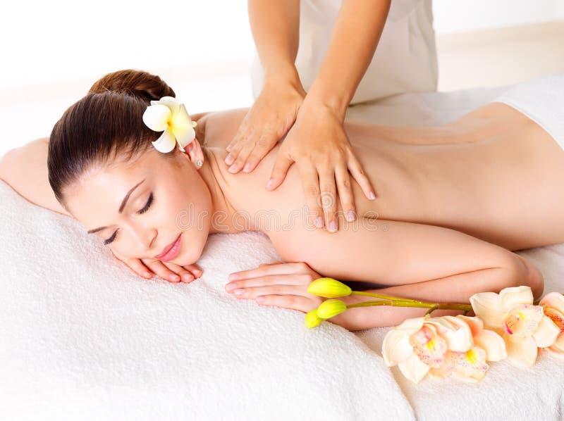 Kvinna som har massage av kroppen i brunnsortsalong royaltyfri foto