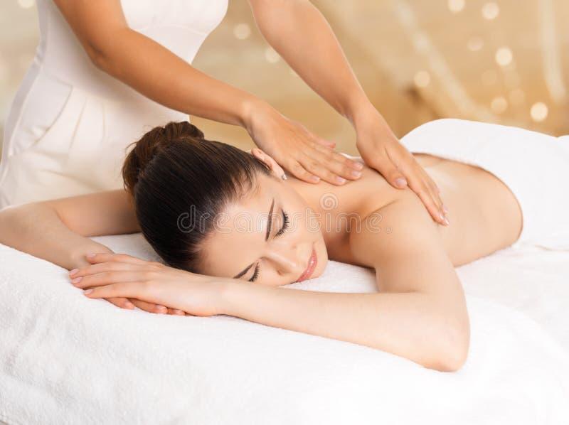 Kvinna som har massage av kroppen i brunnsortsalong arkivbilder
