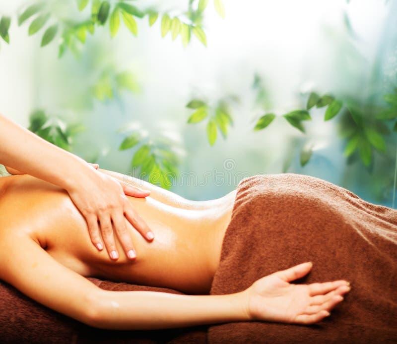 Kvinna som har massage i en brunnsort royaltyfri fotografi